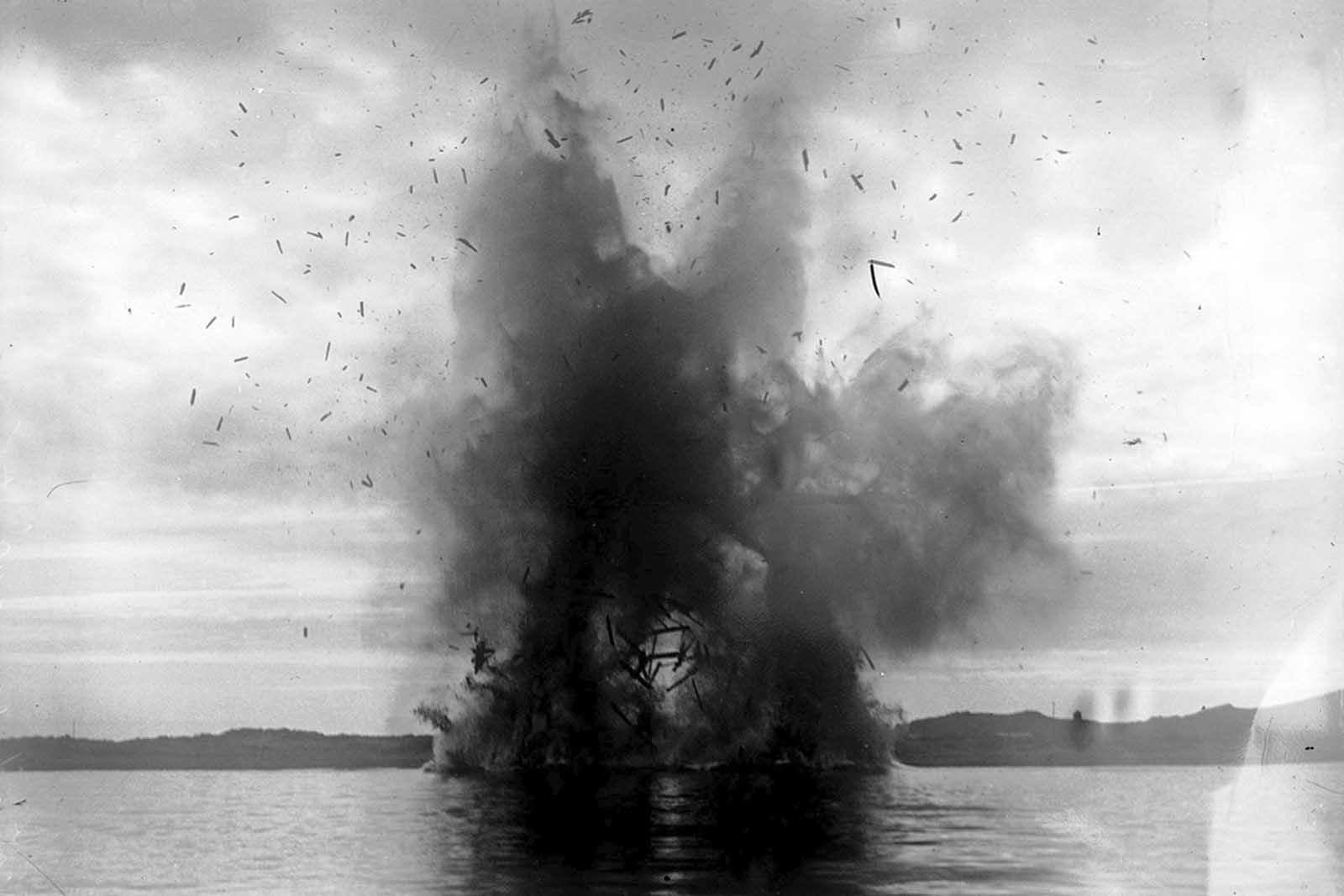 En los Dardanelos, la flota aliada hace estallar una nave inutilizada que interfirió con la navegación.