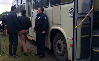 Assaltante tenta tocar o terror no busão, mas passageiros se revoltam em Curitiba (PR)