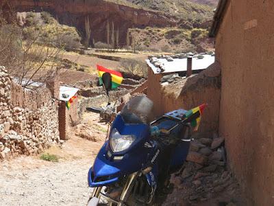 Franz hat zum Nationalfeiertag extra sein Motorrad gewaschen und mit Fähnchen versehen
