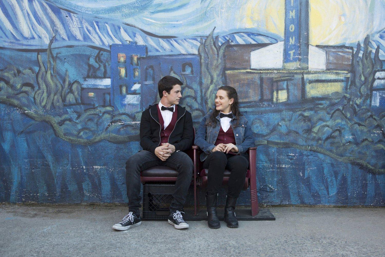 Hannah y Clay en el exterior del cine donde trabajan