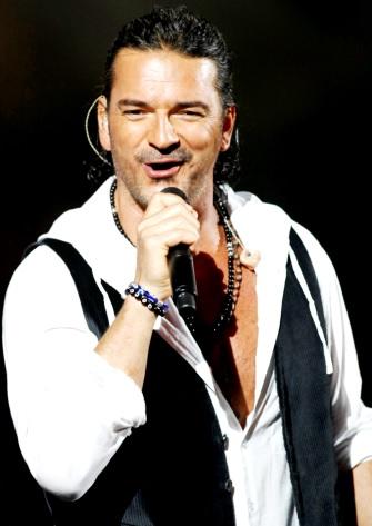 Foto de Ricardo Arjona con cabello amarrado