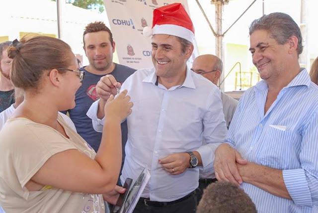Presidente da CDHU entrega 49 casas em Adolfo