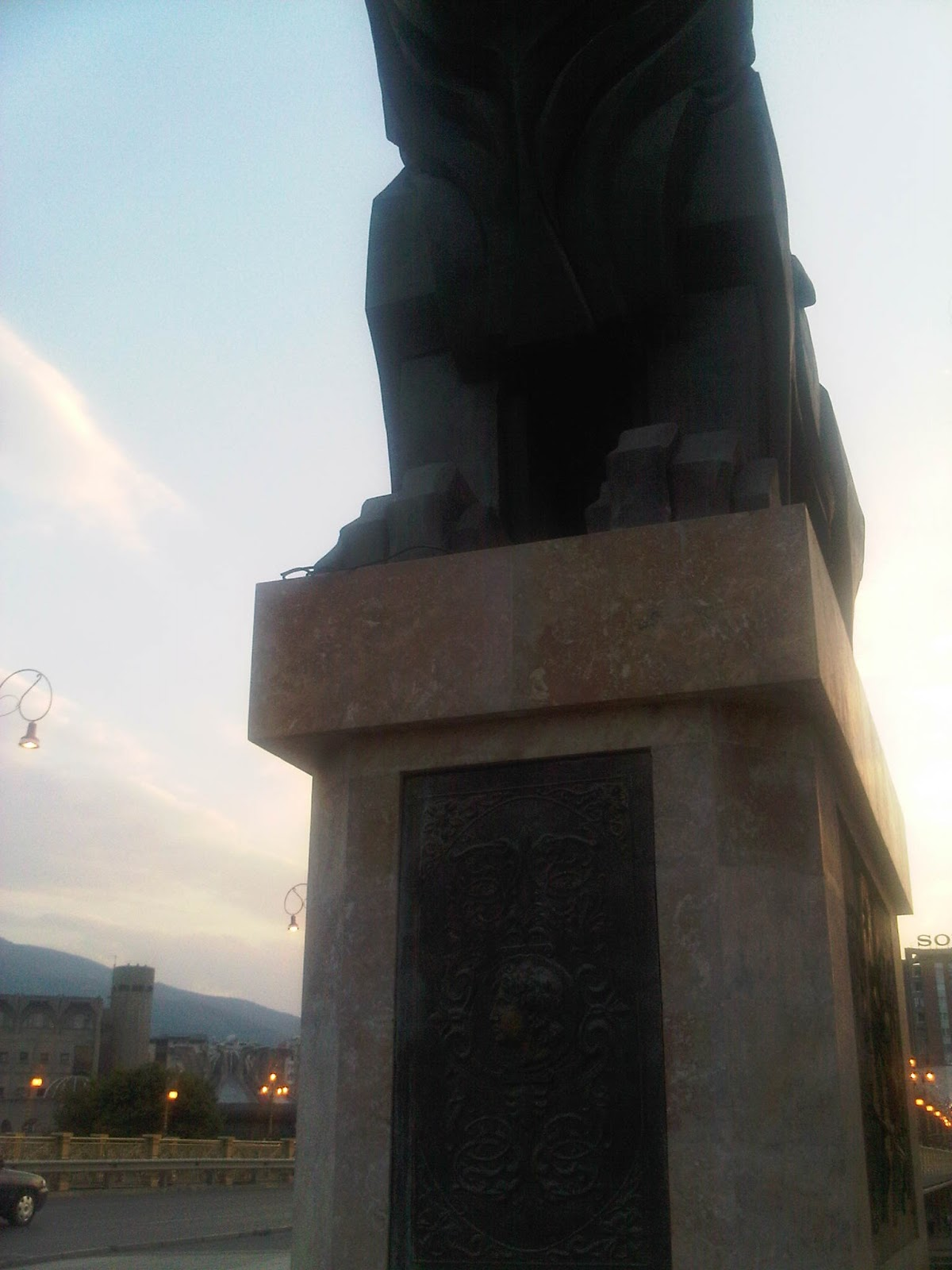 Skopje 20120814 03013 Οι Σκοπιανοί έχουν ανεγείρει μνημείο με τον Αριστοτέλη να διδάσκει τον Μ. Αλέξανδρο... Σλαβικά!!!