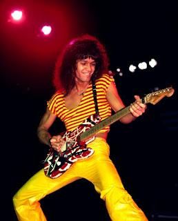 Fotografía de Edward Van Halen tocando su Frankenstrat