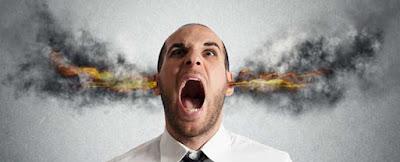Homem com fumaça saindo dos ouvidos