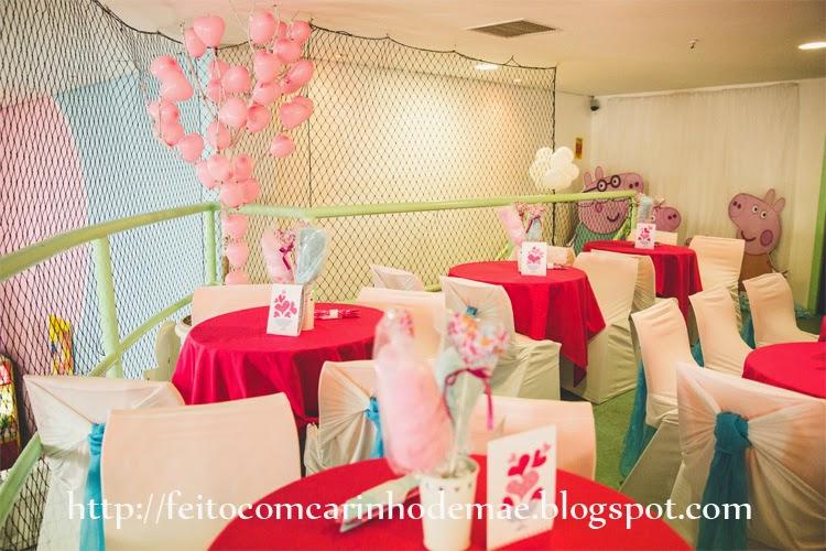 Mesas de convidados e galho seco e balões de corações ao fundo