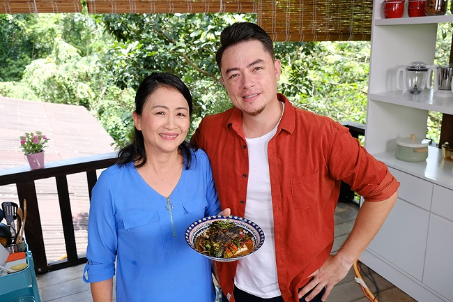 Family kitchen with sherson s3 successful asian food channel afc celebrity chef sherson lian and his mother ann lian return to the kitchen and dish out harmonic blends of new and classic cooking techniques forumfinder Image collections