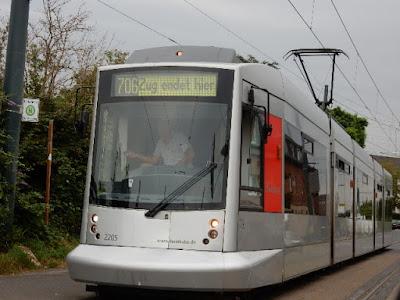 http://www.rp-online.de/nrw/staedte/duesseldorf/wieso-hightech-die-rheibahn-lahm-legte-aid-1.6768928