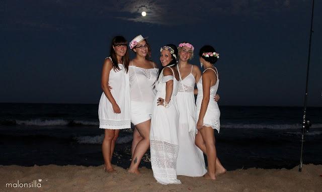 Looks invitadas a la boda con vestidos blancos y tocados Malonsilla, canotier, diadema, corona...