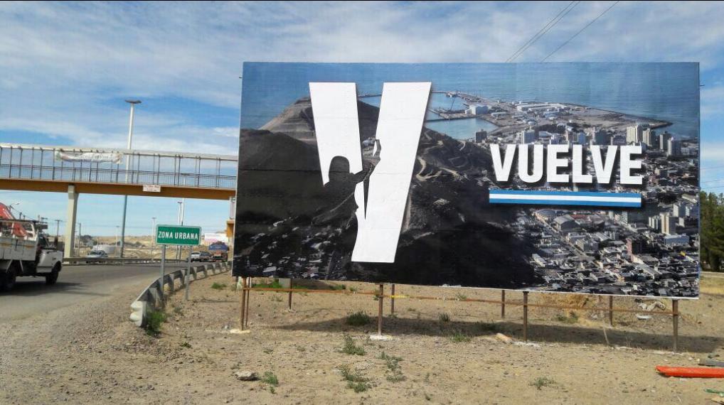 La militancia peronista instaló el cartel de Cristina en el ingreso a Cormodoro