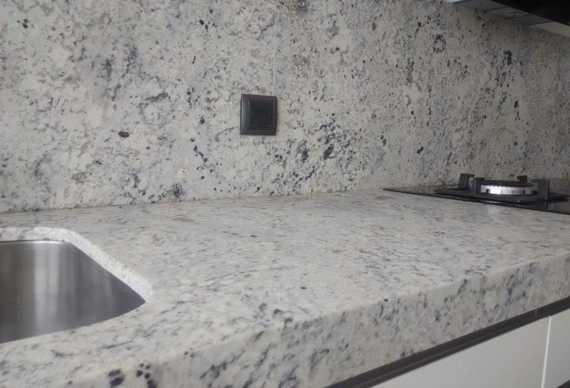 Negro blanco y gris una mezcla que realza una cocina de for Granito blanco para cocina