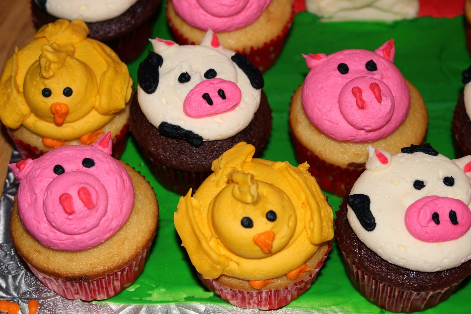 Morgie S Sweet Treats Farm Animal Cupcakes And Barn Cake
