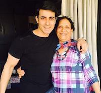Foto Gautam Rode dengan Ibunya