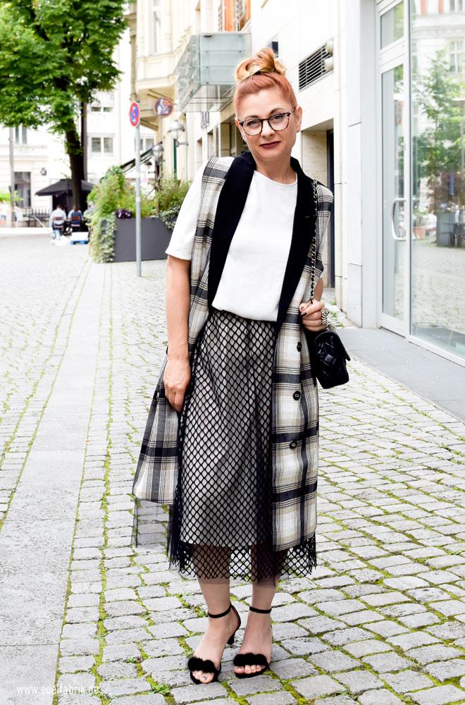 moderne Outfits für Frauen über 40, schwarzer Tüllrock, richtig kombiniert