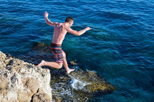 Τι πρέπει να προσέχετε όταν κάνετε βουτιές στην θάλασσα από ύψος