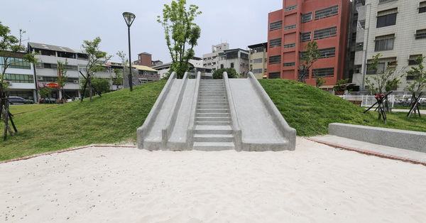 《台中.西區》東昇公園(細兒215公園)|磨石子溜滑梯|沙坑|綠草坪|特色公園|親子景點|12感官遊具