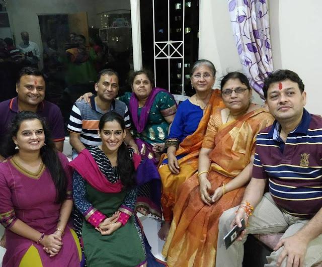 प्रिया बापट आणि परिवार