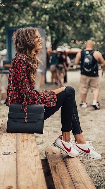 combina zapatilla nike cortez con pantalon negro y camisa blusa estampada
