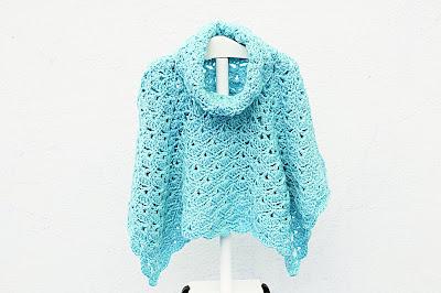 Imagen Poncho de abanicos para niña a crochet en azul