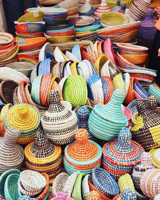 Körbe auf dem Wochenmarkt in Santanyi