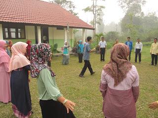bermain bersama di luar kelas