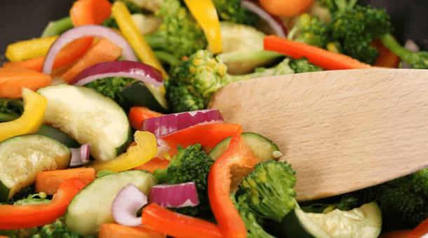 Vegan mengkonsumsi sayur-sayuran dan buah-buahan saja