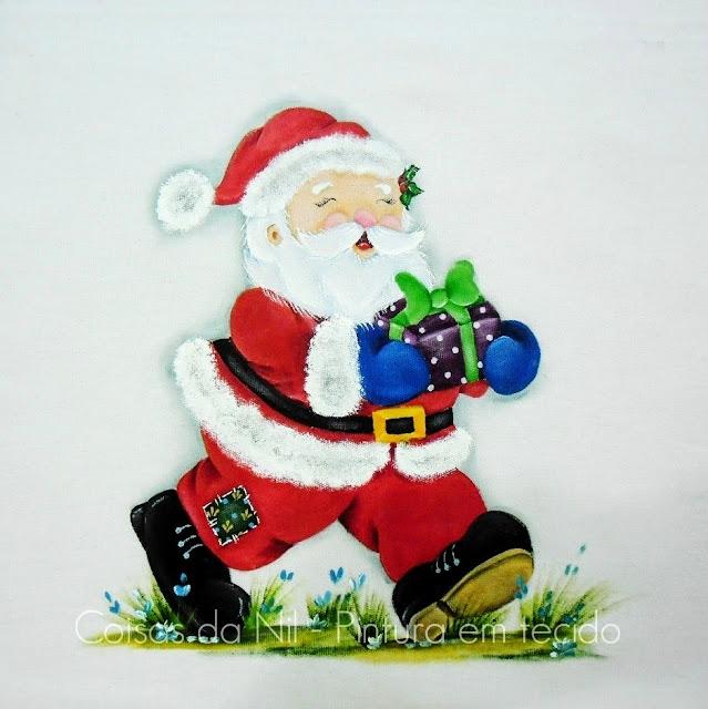 pintura em tecido com tema natalino Papai Noel carregando presente