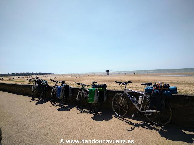 Playa con carrelet en el Atlántico, Francia