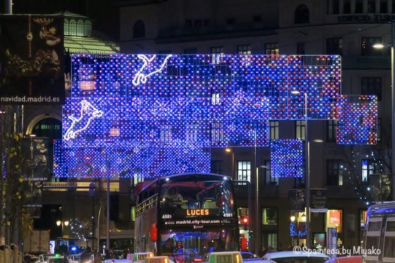 マドリードのクリスマス用の青いネオンで飛び跳ねる猫