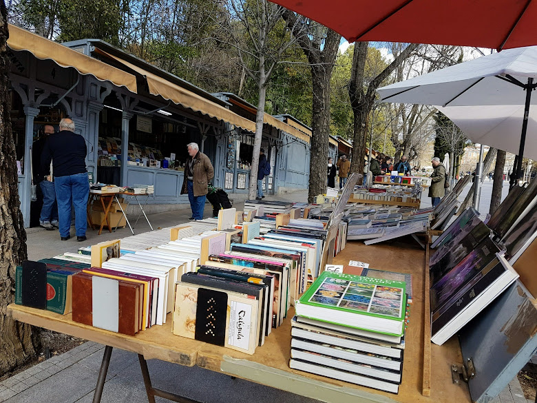 經過 Cuesta de Moyano 這二手書店街,書籍價格十分優惠啊