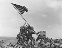 Alzando la bandera de Estados Unidos en Iwo Jima