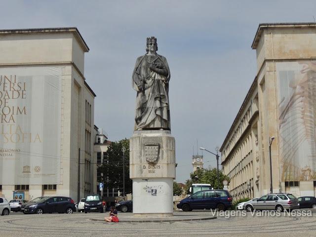 Largo D. Dinis, uma praça em cujo centro está a estátua de D. Dinis na Universidade de Coimbra.