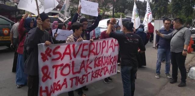 Rupiah Anjlok, Tiket KA Naik, Mahasiswa Demo di Gedung DPRD