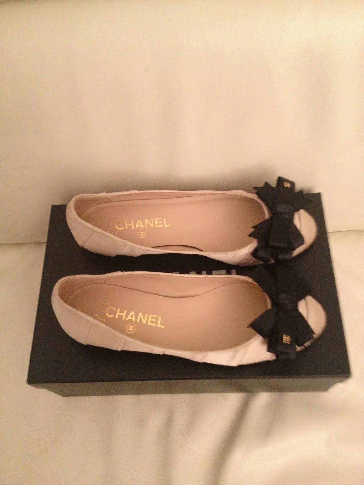 Vends Ballerines CHANEL en satin beige irisé avec noeud noir Pointure 36 550212ea07ea