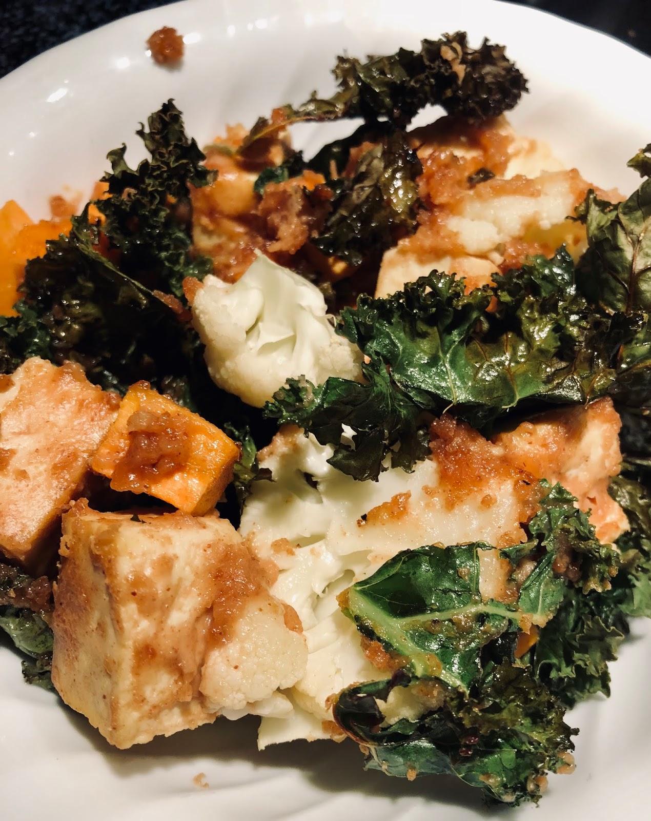 fil et fouet: tofu et kale en plaque, sauce à l'arachide