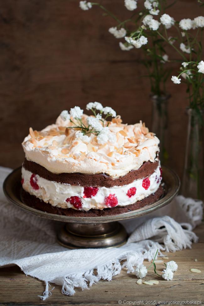 ciasto czekoladowe z podwójną bezą, malinami i płatkami migdałowymi