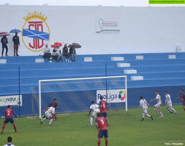 La S.D. Tenisca venció a la U.D. Lanzarote en un partido pasado por agua