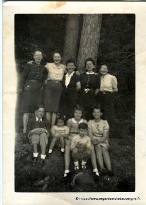 Photo noir et blanc ancienne : femmes et enfants