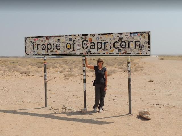 Foto ricordo al cartello che indica il tropico del capricorno in Namibia