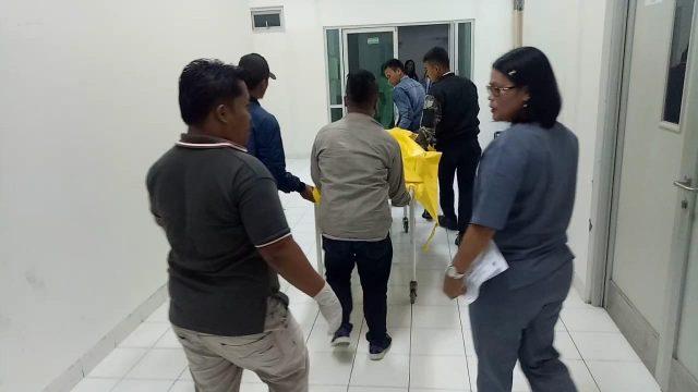 Jenazah keluarga James dibawa ke rumah sakit.