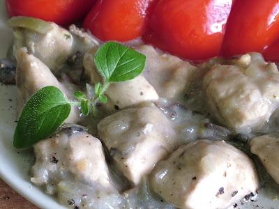 Gulasz z piersi kurczaka w szarym sosie pieczarkowym