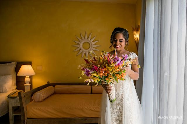 casamento no club med trancoso destination wedding na praia, vestido e buquê de noiva