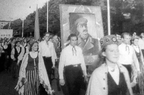 19 июля 1948 года в Риге открылся 10-й Праздник песни и 1-й Праздник танца. Участовали 15 542 певца и 921 танцор