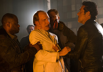 Dr. Emmit Carson (Tim Parati) and Negan (Jeffrey Dean Morgan) nell'episodio 11