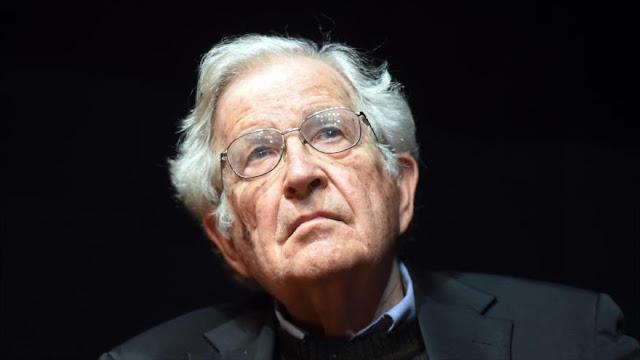 Chomsky: Trump tiene el dedo sobre el botón nuclear