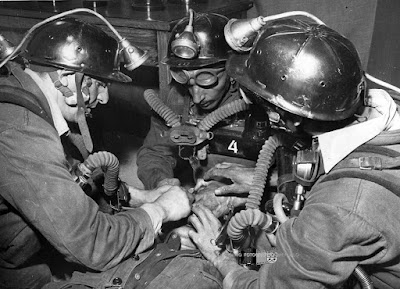Brigada de salvamento atendiendo a un herido