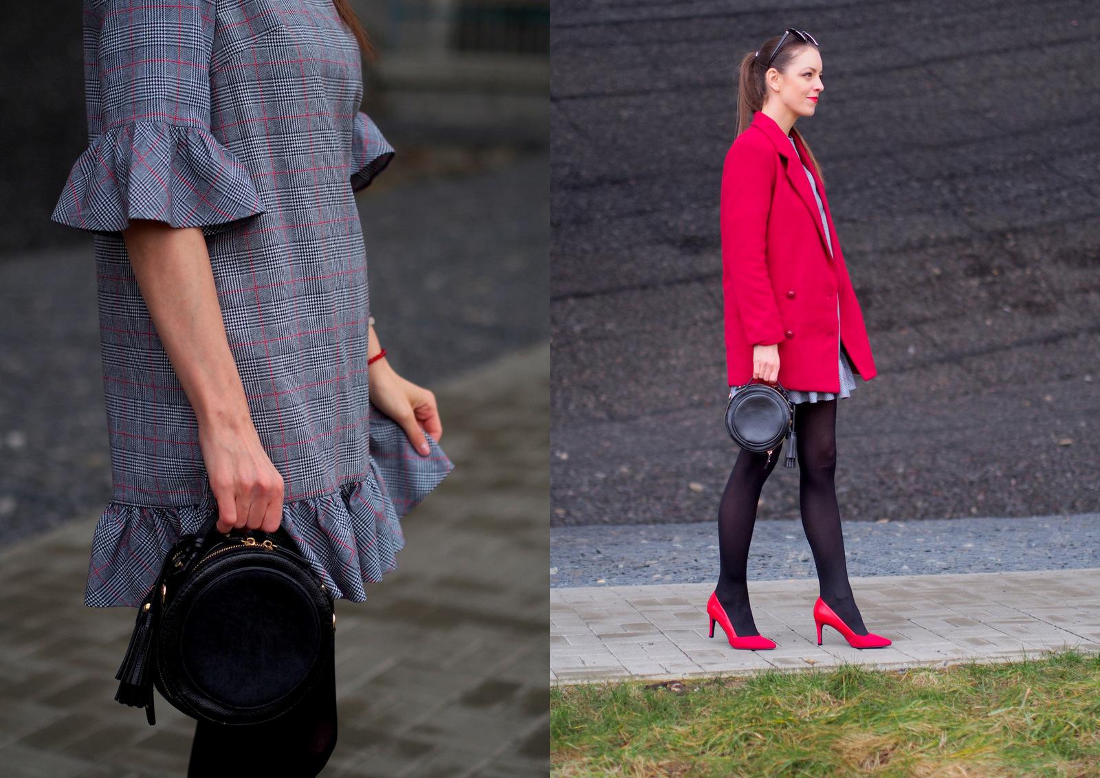 šedé šaty s volánmi a s červenými doplnkami