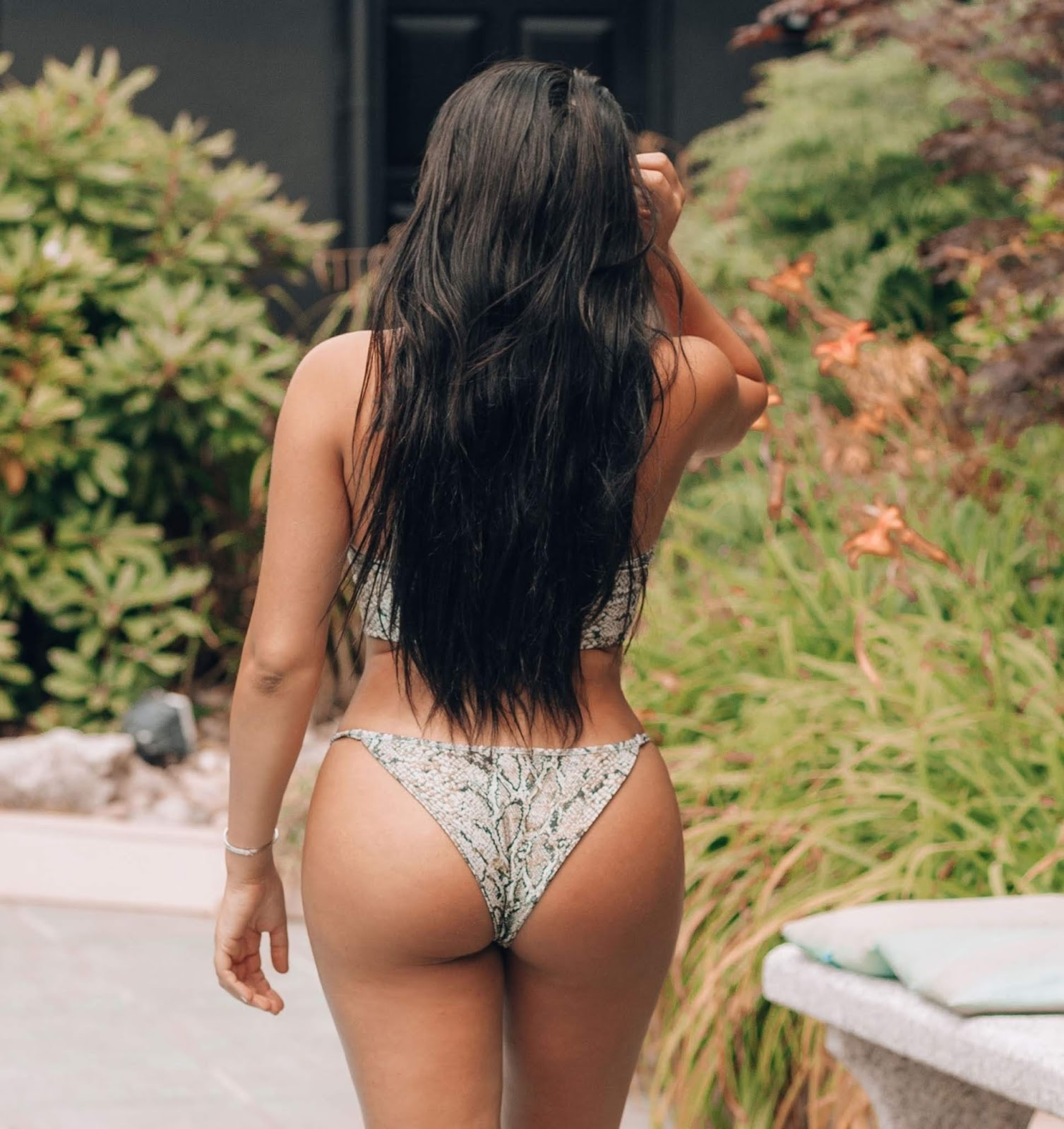 Marnie-Simpson-was-spotted-in-a-snakeskin-bikini-in-Naples.-q6qm2vgy47.jpg