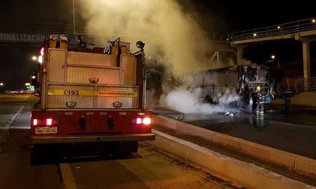 Ônibus é incendiado e bandidos fogem em direção ao Bairro São Cosme em Santa Luzia