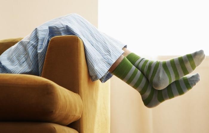 Pessoa deitada num sofá